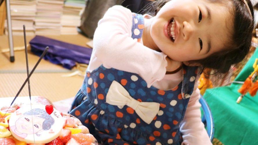 子供の日のお祝いに似顔絵ケーキをご利用いただきました☆ この笑顔からとっても喜んでいただけたご様子が伝わってきます❤️ みんなを幸せにするプラチナスマイルありがとうございました(^-^)💕