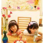 7才のおたんじょうびをフルーツたっぷりのタルトでお祝いいただきました❤️ 姉妹揃って、ハイ・チーズ☆ 可愛いプラチナスマイルありがとうございました(^-^)
